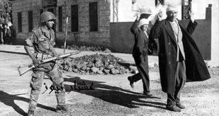 """ARCHIV - Nach der Einnahme der syrischen Stadt Kuneitra durch israelische Soldaten wird die arabische Bevِlkerung zusammengetrieben (Archivfoto vom 11.06.1967). Mit dem Sechs-Tage-Krieg gelang es Israel, ein Gebiet zu erobern, das mehr als doppelt so groك war wie sein bisheriges Staatsgebiet. In weniger als einer Woche standen das Westjordanland, die Sinai-Halbinsel, der Gazastreifen, Ost-Jerusalem sowie die syrischen Golan-Hِhen unter israelischer Militنrverwaltung. (zu dpa-Hintergrund: """"'Der Sechs-Tage-Krieg - In einer Woche weite Gebiete erobert"""" vom 30.05.2007) - nur s/w - +++(c) dpa - Bildfunk+++"""