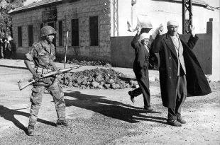 """ARCHIV - Nach der Einnahme der syrischen Stadt Kuneitra durch israelische Soldaten wird die arabische Bevölkerung zusammengetrieben (Archivfoto vom 11.06.1967). Mit dem Sechs-Tage-Krieg gelang es Israel, ein Gebiet zu erobern, das mehr als doppelt so groß war wie sein bisheriges Staatsgebiet. In weniger als einer Woche standen das Westjordanland, die Sinai-Halbinsel, der Gazastreifen, Ost-Jerusalem sowie die syrischen Golan-Höhen unter israelischer Militärverwaltung. (zu dpa-Hintergrund: """"'Der Sechs-Tage-Krieg - In einer Woche weite Gebiete erobert"""" vom 30.05.2007) - nur s/w - +++(c) dpa - Bildfunk+++"""